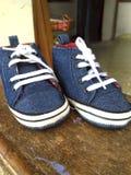 Ζευγάρια των μπλε παπουτσιών μωρών Στοκ Εικόνες