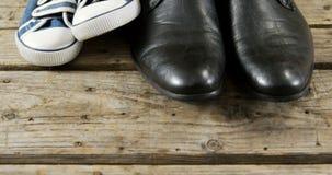 Ζευγάρια των νέων παπουτσιών στην ξύλινη σανίδα απόθεμα βίντεο