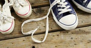 Ζευγάρια των νέων παπουτσιών στην ξύλινη σανίδα φιλμ μικρού μήκους