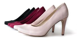 3 ζευγάρια των υψηλών παπουτσιών τακουνιών σε ένα άσπρο υπόβαθρο στοκ φωτογραφία με δικαίωμα ελεύθερης χρήσης