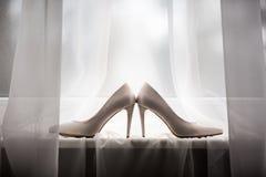 Ζευγάρι άσπρα παπούτσια, που βρίσκεται στο windowsill στοκ εικόνες