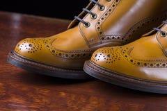 Ζευγάρι μαυρισμένων των ασφάλιστρο μποτών ντέρπι ξοντρών παπούτσεων Στοκ Φωτογραφία