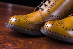 Ζευγάρι μαυρισμένων των ασφάλιστρο μποτών ντέρπι ξοντρών παπούτσεων φιαγμένο από δέρμα μόσχων Στοκ Εικόνα