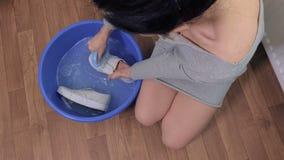 Ζευγάρι πλύσης γυναικών των άσπρων πάνινων παπουτσιών απόθεμα βίντεο