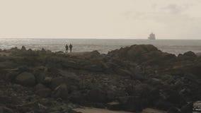 Ζευγάρι σκιαγραφιών ερωτευμένο στην παραλία ηλιοβασιλέματος απόθεμα βίντεο