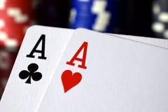 Ζευγάρι στενού επάνω χεριών πόκερ άσσων Στοκ εικόνα με δικαίωμα ελεύθερης χρήσης