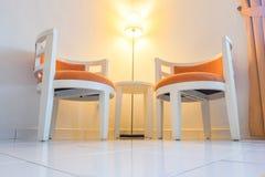 Ζευγάρι της καρέκλας βραχιόνων στο καθιστικό για τη χαλάρωση Στοκ εικόνες με δικαίωμα ελεύθερης χρήσης