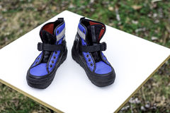 Ζευγάρι του καθίσματος χειμερινών παπουτσιών ένας πίνακας Στοκ Εικόνες