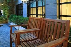 Ζευγάρι του ξύλινου πάγκου στο patio Στοκ εικόνες με δικαίωμα ελεύθερης χρήσης