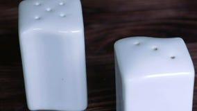 Ζευγάρι των άσπρων δοχείων αλατιού και πιπεριών απόθεμα βίντεο