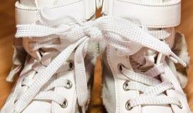 Ζευγάρι των άσπρων παπουτσιών κοριτσιών δέρματος με τις δαντέλλες που συνδέονται Στοκ φωτογραφία με δικαίωμα ελεύθερης χρήσης