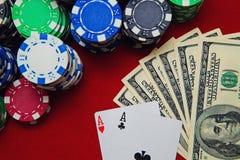Ζευγάρι των άσσων με τα δολάρια και τα τσιπ πόκερ Στοκ φωτογραφίες με δικαίωμα ελεύθερης χρήσης