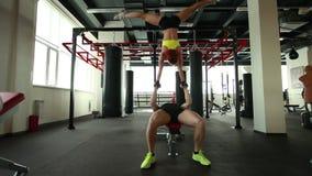 Ζευγάρι των ακροβατών που εκπαιδεύουν στη γυμναστική φιλμ μικρού μήκους