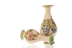 Ζευγάρι των βάζων με τα λουλούδια και τα σταφύλια Στοκ Φωτογραφίες