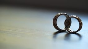 Ζευγάρι των γαμήλιων δαχτυλιδιών φιλμ μικρού μήκους