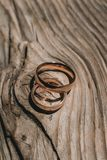 Ζευγάρι των γαμήλιων χρυσών δαχτυλιδιών στο κίτρινο ξύλινο αγροτικό υπόβαθρο Στοκ φωτογραφίες με δικαίωμα ελεύθερης χρήσης