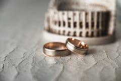 Ζευγάρι των γαμήλιων χρυσών δαχτυλιδιών στο ραγισμένο δέρμα Στοκ Φωτογραφία
