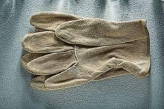 Ζευγάρι των γαντιών ασφάλειας δέρματος στο συγκεκριμένο υπόβαθρο Στοκ Φωτογραφία