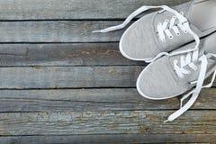 Ζευγάρι των γκρίζων παπουτσιών Στοκ Εικόνες