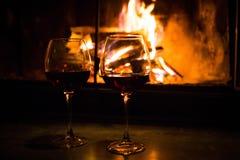 Ζευγάρι των γυαλιών με το κρασί στην εστία Στοκ Εικόνες
