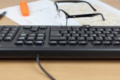 Ζευγάρι των γυαλιών που βάζουν σε ένα πολυάσχολο οικονομικό γραφείο λογιστών Στοκ φωτογραφίες με δικαίωμα ελεύθερης χρήσης