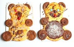 Ζευγάρι των γλυκών κέικ με μορφή της αρκούδας με τα μάτια καραμελών Στοκ Εικόνες