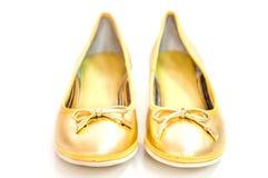 Ζευγάρι των επιπέδων μπαλέτου στο χρυσό χρώμα στο άσπρο υπόβαθρο Στοκ εικόνα με δικαίωμα ελεύθερης χρήσης