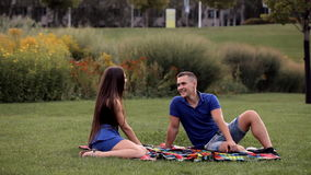 Ζευγάρι των εραστών που ξοδεύουν το χρόνο μαζί σε ένα πάρκο διακοπών απόθεμα βίντεο