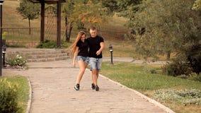 Ζευγάρι των εραστών strolling στις διακοπές πάρκων απόθεμα βίντεο