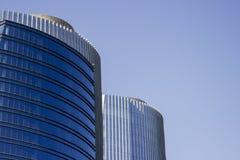 Ζευγάρι των εταιρικών μπλε κτιρίων γραφείων διδύμων Στοκ φωτογραφία με δικαίωμα ελεύθερης χρήσης