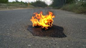 Ζευγάρι των θηλυκών παπουτσιών στην πυρκαγιά σε έναν δρόμο φιλμ μικρού μήκους