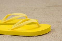 Ζευγάρι των κίτρινων πτώσεων κτυπήματος στην αμμώδη παραλία Στοκ Φωτογραφίες