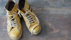 Ζευγάρι των κίτρινων χρησιμοποιημένων παπουτσιών απόθεμα βίντεο