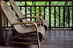Ζευγάρι των καρεκλών στο μπαλκόνι δωματίων στοκ φωτογραφία