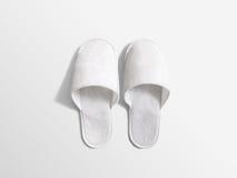 Ζευγάρι των κενών μαλακών άσπρων εγχώριων παντοφλών, πρότυπο σχεδίου Στοκ φωτογραφία με δικαίωμα ελεύθερης χρήσης