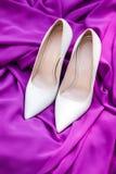 Ζευγάρι των κομψών άσπρων παπουτσιών νυφών Στοκ εικόνες με δικαίωμα ελεύθερης χρήσης