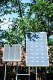 Ζευγάρι των μικρών ηλιακών πλαισίων που χρησιμεύουν να δημιουργήσουν την ηλεκτρική ενέργεια στοκ εικόνες με δικαίωμα ελεύθερης χρήσης