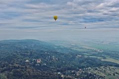 Ζευγάρι των μπαλονιών ζεστού αέρα επάνω από τα δάση Στοκ Εικόνα
