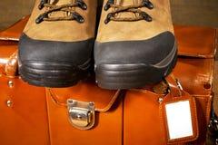 Ζευγάρι των μποτών με τη βαλίτσα Στοκ Εικόνες