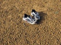 Ζευγάρι των παλαιών παπουτσιών που εγκαταλείπονται Στοκ Εικόνα
