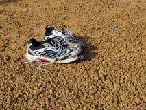 Ζευγάρι των παλαιών παπουτσιών που εγκαταλείπονται Στοκ Εικόνες
