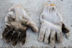 Ζευγάρι των παλαιών γαντιών εργαζομένων Στοκ εικόνα με δικαίωμα ελεύθερης χρήσης