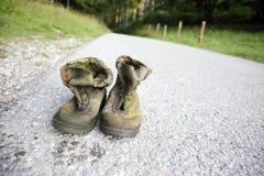Ζευγάρι των παλαιών φορεμένων παπουτσιών πεζοπορίας Στοκ φωτογραφία με δικαίωμα ελεύθερης χρήσης