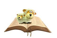 Ζευγάρι των προβάτων στην ανοικτή ιερή Βίβλο στοκ φωτογραφία με δικαίωμα ελεύθερης χρήσης