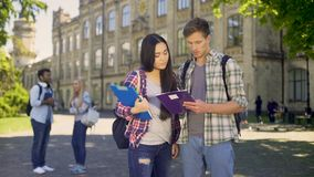 Ζευγάρι των προπτυχιακών σπουδαστών που αποτελούν γρήγορα σχέδιο εργασίας του κοινού προγράμματος απόθεμα βίντεο