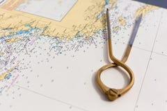 Ζευγάρι των πυξίδων για τη ναυσιπλοΐα σε έναν χάρτη θάλασσας Στοκ Εικόνα