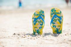 Ζευγάρι των σανδαλιών στην παραλία άμμου Στοκ εικόνα με δικαίωμα ελεύθερης χρήσης