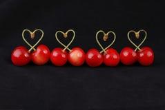 Ζευγάρι των φρούτων γλυκών κερασιών με διαμορφωμένο τον καρδιά μίσχο Στοκ φωτογραφίες με δικαίωμα ελεύθερης χρήσης