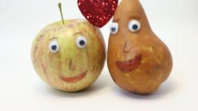 Ζευγάρι των φρούτων: Apple και ΑΧΛΑΔΙ με τα μεγάλα μάτια απόθεμα βίντεο