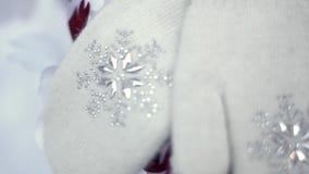 Ζευγάρι των όμορφων άσπρων γαντιών χεριών απόθεμα βίντεο